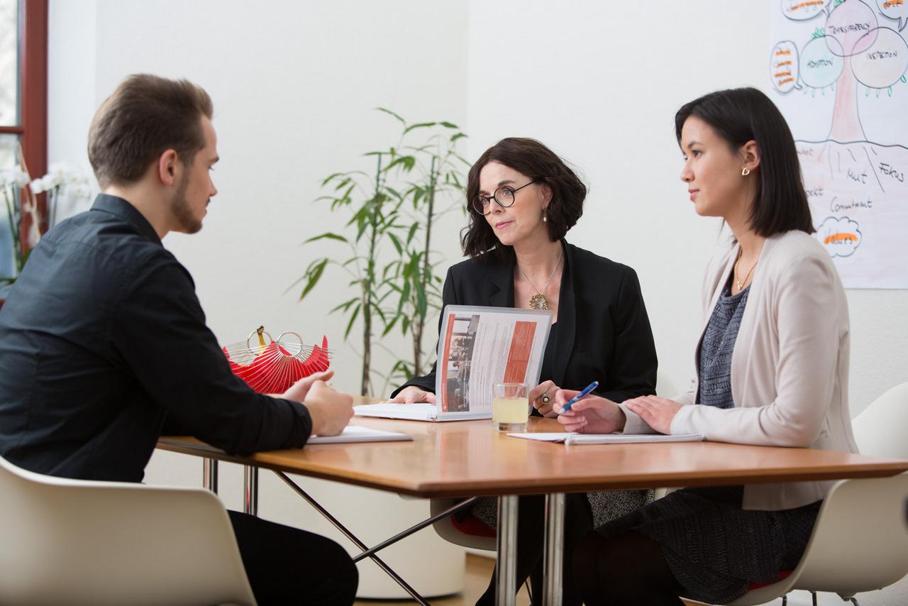 Katja und Nancy von talents for it führen ein Bewerbungsgespräch