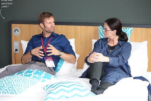Katja sitzt im Bett und interviewt