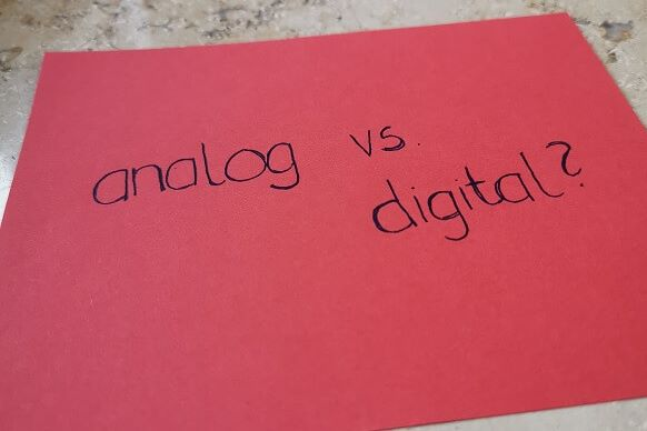 roter Zettel mit der Aufschrift: analog vs. digital?