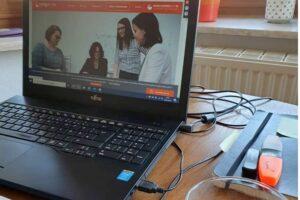 talentsforit Webseite auf einem Laptop im Homeoffice
