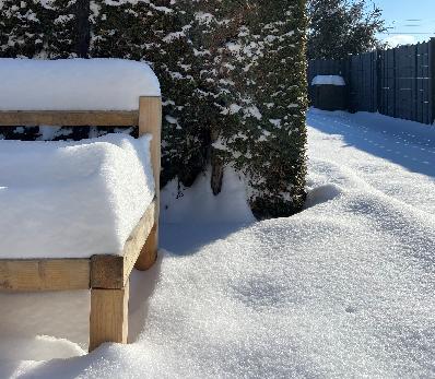 Sitzbank bedeckt mit Schnee