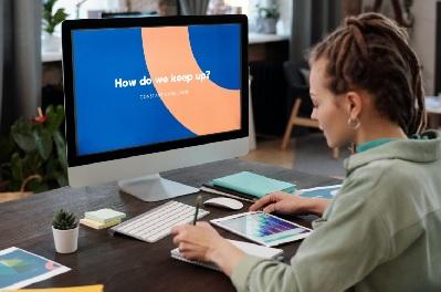 Eine Frau sitzt am Desktop